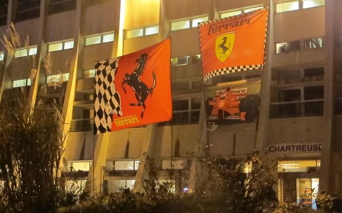 Bandeiras da Ferrari, em homenagem a Michael Schumacher, que venceu cinco dos seus sete títulos pela escuderia de Maranello, continuam erguidas na frente do hospital (Foto: Felipe Siqueira)