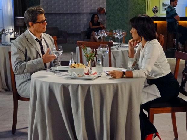 Felipe e Roberta trocam confindências em almoço (Foto: Guerra dos Sexos / TV Globo)