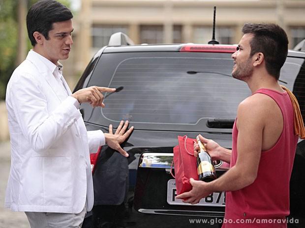 Félix do amor? Ele estaria demonstrando gratidão assim, a troco de nada? (Foto: Pedro Curi/TV Globo)