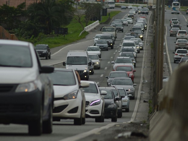 Trânsito era intenso no fim da manhã na BR-101, na altura de Itajaí (Foto: Luiz Souza/RBS TV)