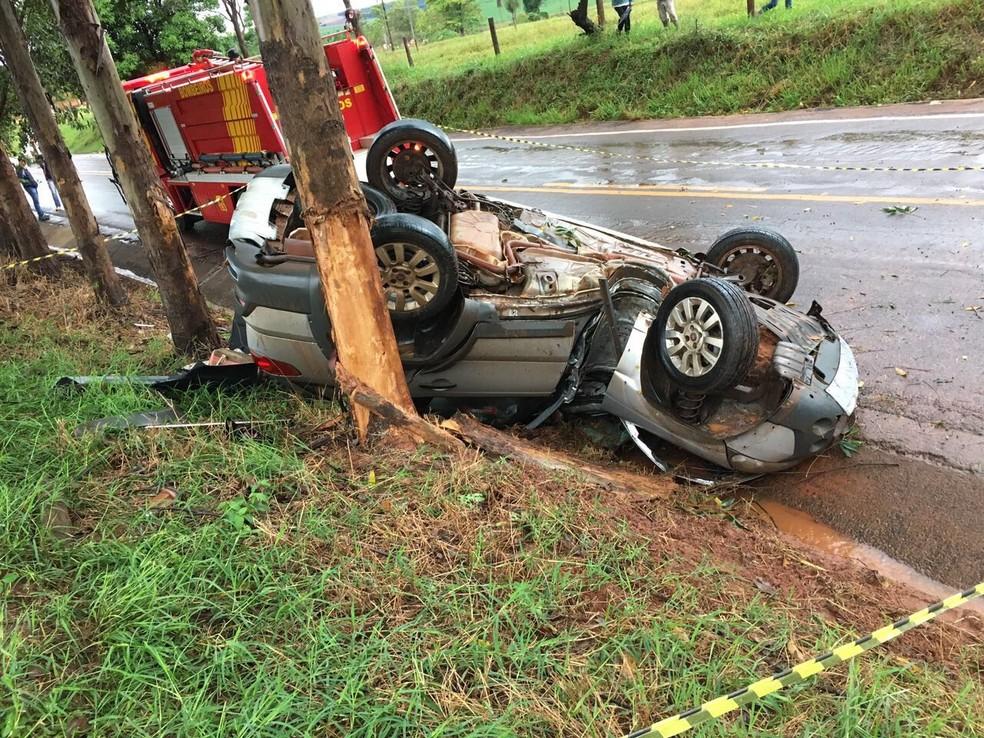 Uma pessoa morreu e outra ficou gravemente ferida após carro capotar e bater contra Àrvore, na PR-490 (Foto: Divulgação/Polícia Rodoviária Estadual)