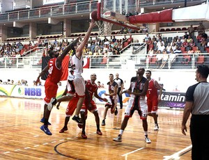 basquete jogo entre Joinville e Paulistano (Foto: Jackson Nessler / Divulgação)