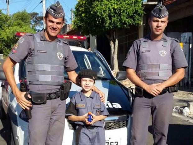 Menino de 6 anos recebe visita de PMs durante festa temática em Itu (Foto: Polícia Militar/Divulgação)