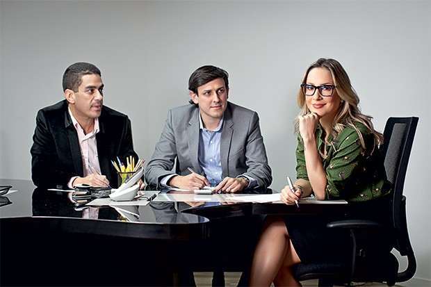 A CEO DO AXÉ Claudia Leitte despacha com o presidente  da 2Ts, Fábio Neves, e o diretor de marketing, Marco Serralheiro (Foto: Letícia Moreira/ÉPOCA)