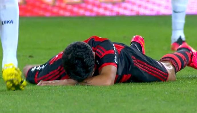 FRAME Eduardo da Silva leva joelhada jogo Coritiba x Flamengo (Foto: Reprodução)