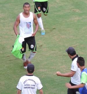 Cheio de energia, Zé Luis corre em direção ao técnico Tanaka após empatar o dérbi (Foto: Mateus Tarifa / Globoesporte.com)