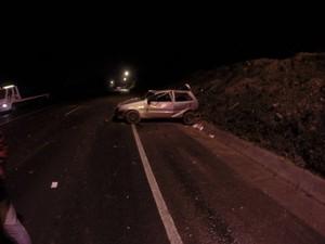Carro colidiu contra barranco e jovem morreu na hora em Pouso Redondo (Foto: GBM Pouso Redondo/Divulgação)