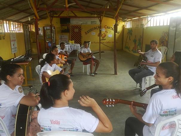 Nas oficinas de música, crianças aprendem teclado, violão, flauta doce e saxofone (Foto: Divulgação)