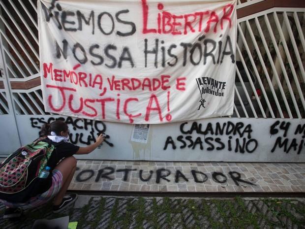 Pessoas fazem ato de 'escracho' em frente à casa do ex-agente do DOI-Codi Aparecido Calandra, conhecido como Capitão Ubirajara em São Paulo (Foto: Danilo Verpa/Folhapress)