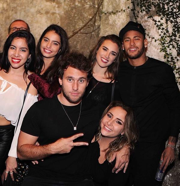 Neymar vai a festa no Rio e posa coladinho com atriz de 'Malhação'