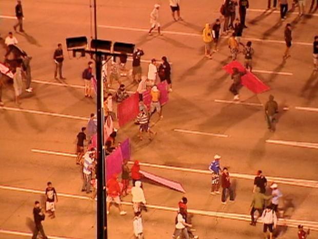 Vandalos com tapumes das cabines da Terceira Ponte. (Foto: Reprodução/TV Gazeta)