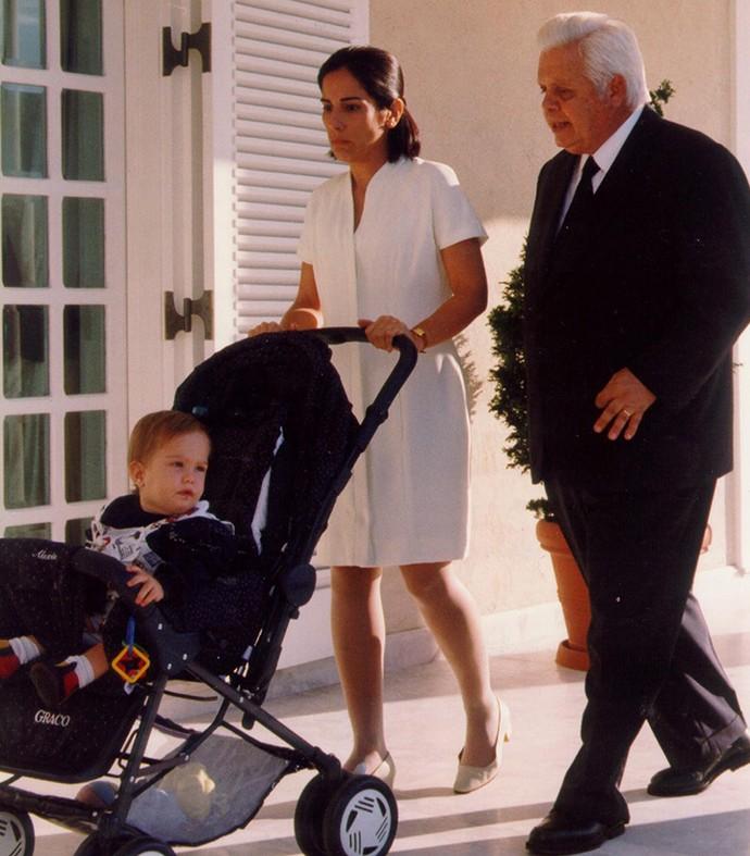 O bebê Théo com a babá Nice e Augusto, motorista dos Medeiros (Foto: TV Globo)