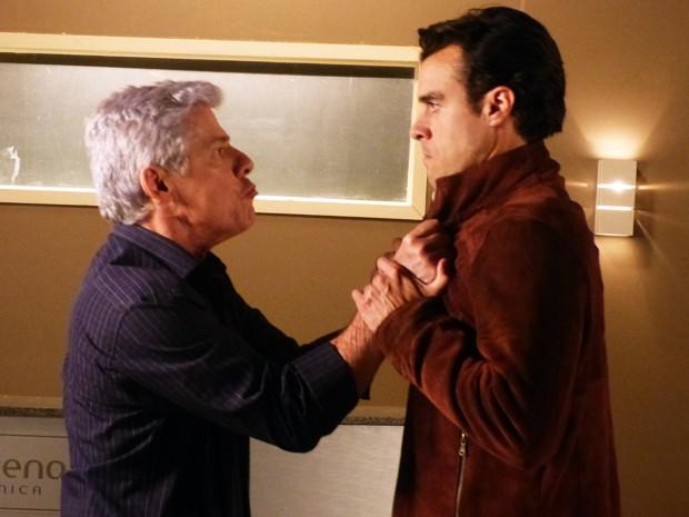 Cláudio e Enrico se estranham na entrada da UTI (Foto: Império / TV Globo)