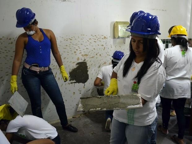 São realizados cursos de pintura de obras, aplicação de revestimento cerâmico e auxiliar de gerenciamento de obras (Foto: Felipe Ramos/G1)