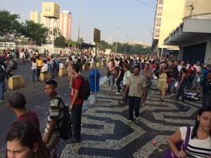Pontos de ônibus lotados e ruas vazias na Central (Foto: Guilherme Brito/G1)