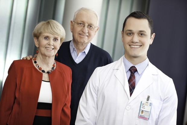 Ryan Jones, à direita, junto a Jim Malloy e a esposa, Louise. Estudante descobriu que ator tinha condição grave que havia sido contratado para encenar (Foto: Divulgação, Jackson Smith/UVA Health System)
