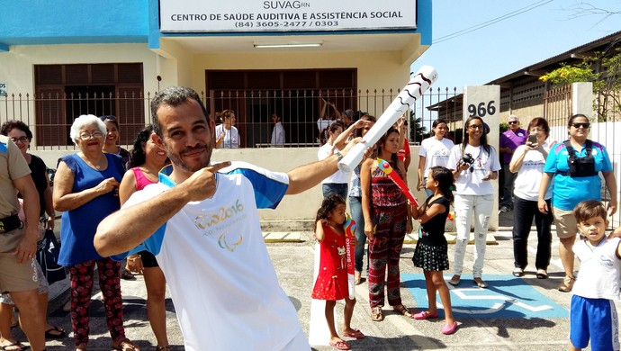 RN - Clebson Dantas imita Usain Bolt - Revezamento Tocha Paralímpica Natal (Foto: Jocaff Souza/GloboEsporte.com)