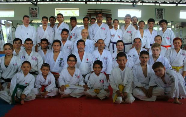 Yoshizo Machida e alunos em Manaus (Foto: Alírio Lucas)