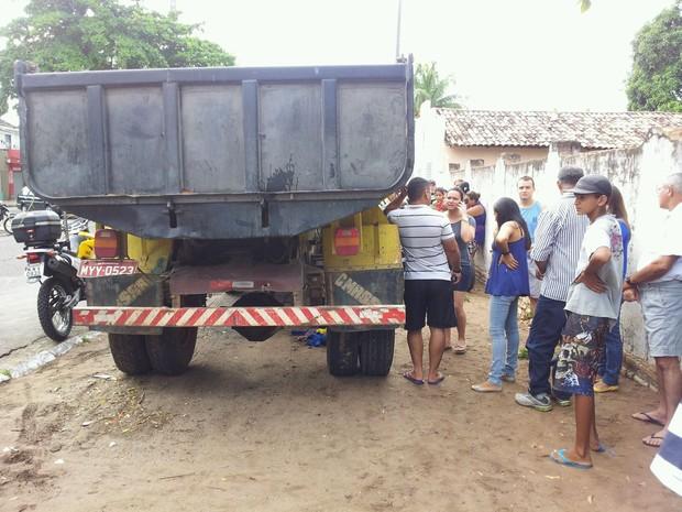 Caminhão passou por cima de pedestre que estava na calçada (Foto: Henrique Dovalle/Inter TV Cabugi)