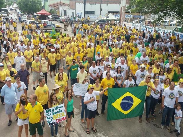 Moradores de Gurupi se concentram para iniciar o protesto contra a presidente Dilma (Foto: Jairo Santos/ TV Anhanguera)