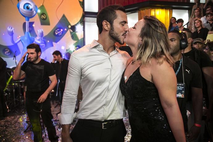 Matheus e Cacau se beijam no palco da Final do BBB16 (Foto: Raphael Dias/Gshow)