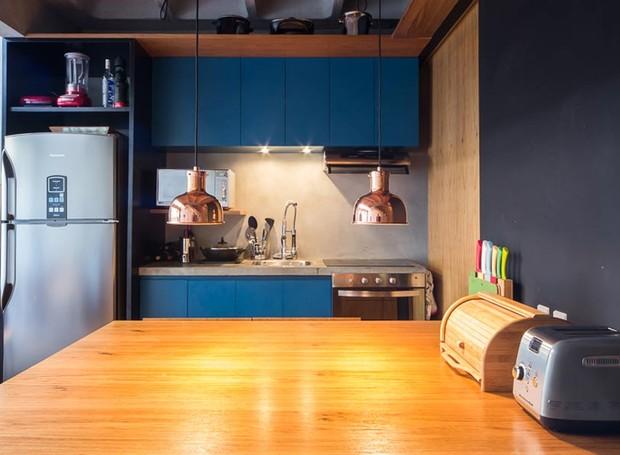 mesa-de-jantar-cozinha-bancada-azul-pendente-cobre (Foto: Divulgação)