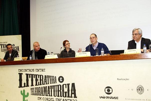 Mouhamed Harfouch, Mauro Alencar, Bianca Ramoned, Julio Fischer e o professor Carlos Reis participam do seminário na Universidade de Coimbra (Foto: Globo/Anabela Loureiro)