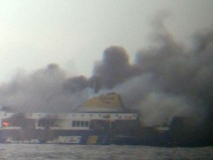 Ferry Norman Atlantic, que partiu de Patras (Grécia) rumo a Ancona (Itália) pega fogo neste domingo (8) (Foto: AP Photo/SKAI TV Station)