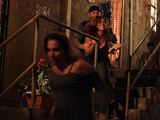 Policial chega e entende tudo errado! Wanda consegue fugir da ira de Lucimar (Foto: Salve Jorge/TV Globo)