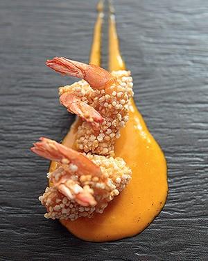 Camarão empanado na tapioca com aioli de urucum (Foto: Rogério Voltan/Editora Globo)