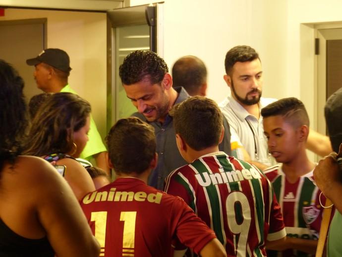 Fred atende os fãs na saída do Maracanã, mas não fala com a imprensa (Foto: Jessica Mello)