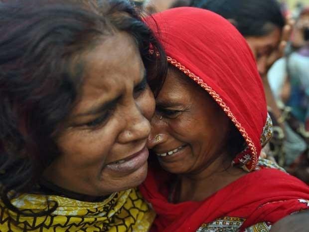 Paquistaneses lamentam a morte de familiares (Foto: Asif Hassan / AFP Photo)