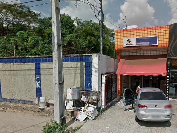 Loteria foi invadida por buraco em parede ao lado, que fica encostada com muro de balneário (Foto: Reprodução/Google Street View)