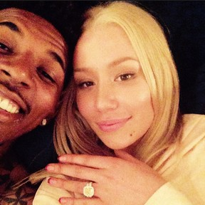Com o noivo, Nick Young, Iggy Azalea exibe aliança (Foto: Instagram/ Reprodução)
