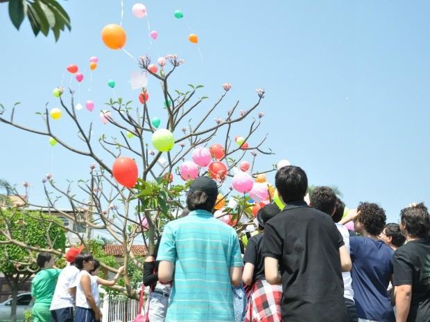 'Balões poéticos' foram soltos por alunos em praça perto da escola no Jardim Bela Vista (Foto: Priscilla dos Santos/ G1 MS)