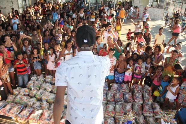Nego do Borel distribuiu cestas básicas e brindes (Foto: Agnews)