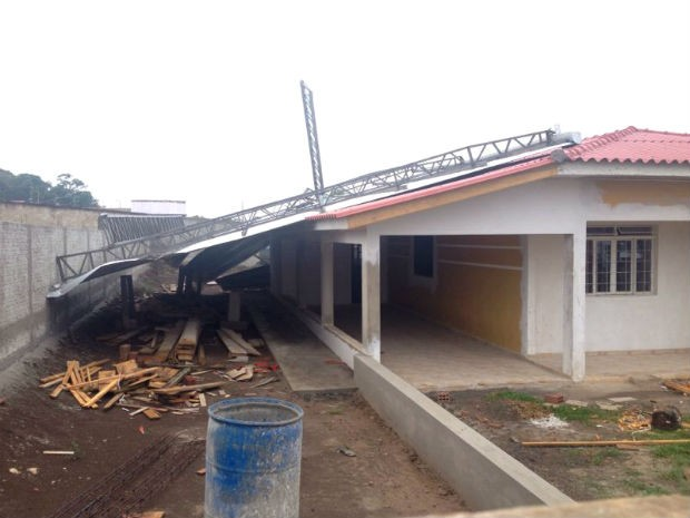 A cobertura de uma oficina caiu sobre o telhado de uma casa, em Reserva, no Paraná (Foto: Wesley Cunha/RPC TV)