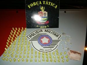 Adolescente é detido com drogas no Jardim Isabel em Taubaté (Foto: Divulgação/Polícia Militar)