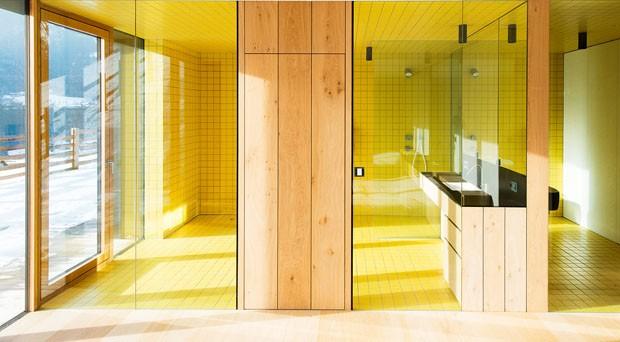 Décor do dia: banheiro amarelo e minimalista (Foto: Lukas Schaller/ Divulgação)