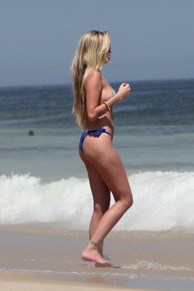 Barbara Evans em praia no RJ GALERIA (Foto: Rodrigo dos Anjos/AgNews)