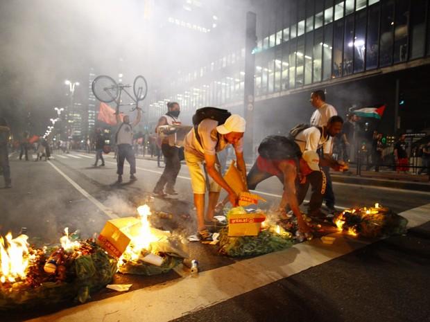 Manifestantes bloqueiam faixas da Avenida Paulista, em São Paulo, durante protesto contra o presidente em exercício Michel Temer e contra o impeachment da presidente afastada Dilma Rousseff (Foto: Paulo Ermantino/RAW Images/Estadão Conteúdo)