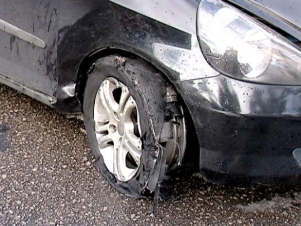 Rodas do carro que estudante dirigia estavam destruídas, em Vitória (Foto: Reprodução/TV Gazeta)