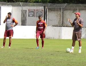 Eduardo Souza passa instruções aos jogadores do CRB (Foto: Caio Lorena / GloboEsporte.com)