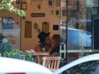Isabelle Drummond e Tiago Iorc beijam muito em restaurante no Rio