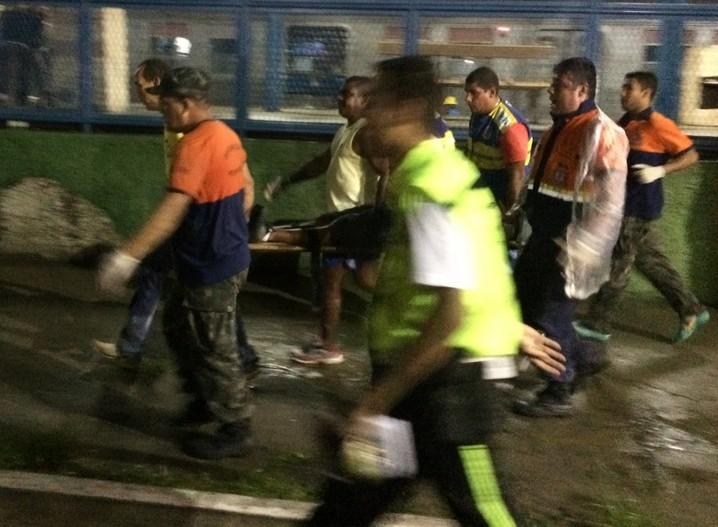 Vítima é resgatada após o acidente em Mesquita