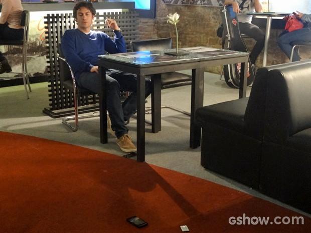 Laerte joga o celular longe (Foto: Em Família/ TV Globo)