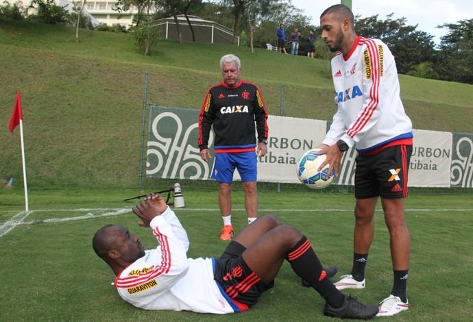 Armero e Paulinho treinam a parte física sob olhares de Antônio Mello (Foto: Gilvan de Souza / Flamengo)