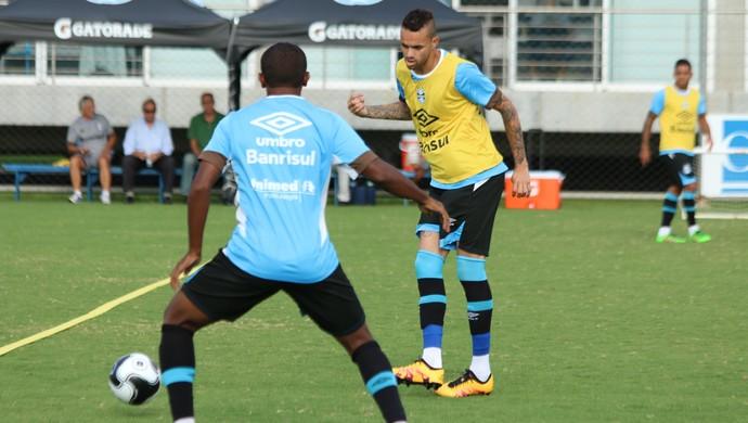 Atacante Luan em treino do Grêmio (Foto: Eduardo Deconto / GloboEsporte.com)
