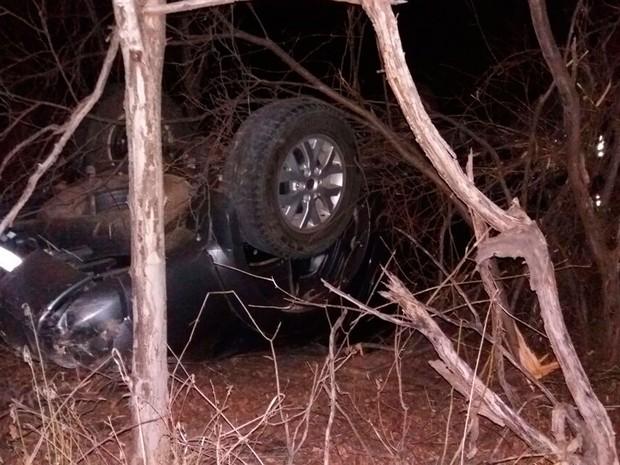 Motorista teve ferimentos leves após capotamento (Foto: Jadiel Luiz/ Blog do Sigi Vilares)