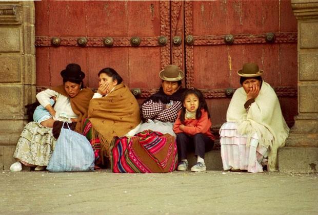 Mulheres bolivianas e seus filhos em La Paz (Foto: Wikimedia Commons)